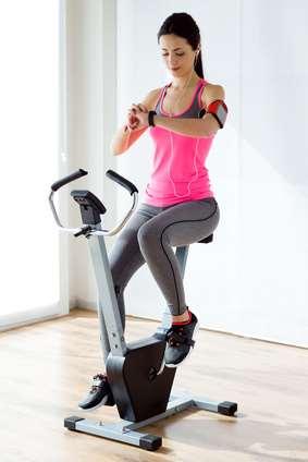 Fahrradtrainer Test wird zu Hause von hübscher Frau durchgeführt
