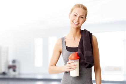 Eiweißshakes - Frau mit einem Proteinshake in der Hand