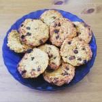 Gesunde Frühstückcookies auf einem blauen Teller
