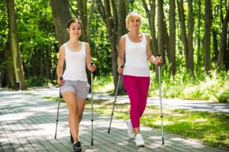 Nordic Walking zwei hübsche Frauen