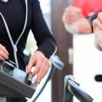 Trainer reguliert EMS Gerät