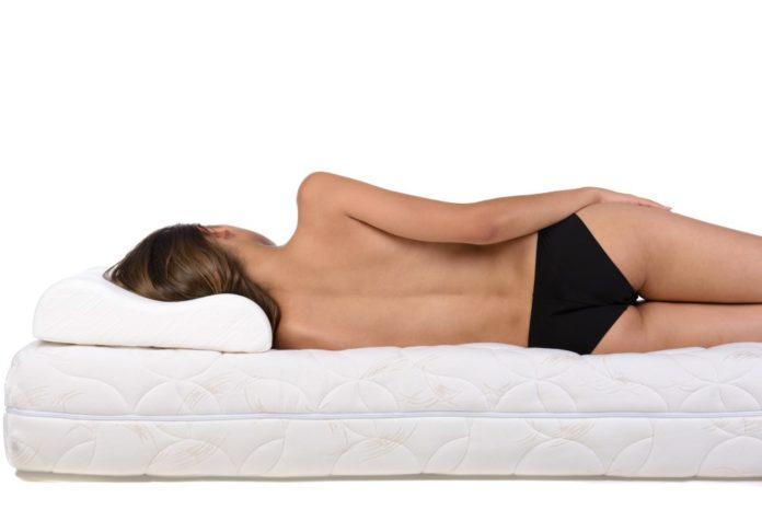 Frau liegt auf bequemer Matratze