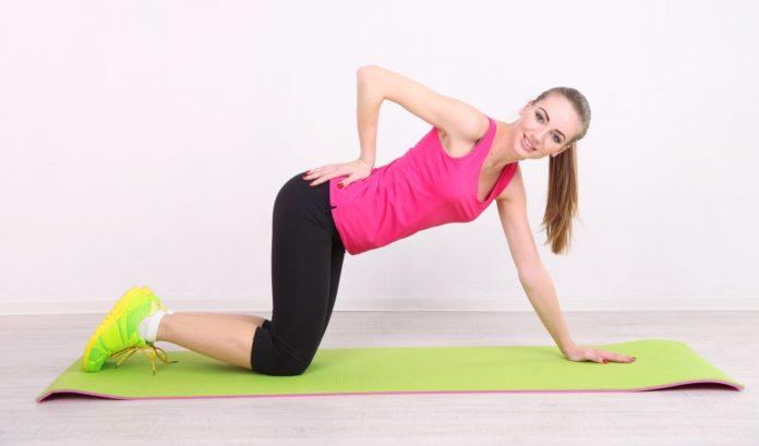 Junge Frau trainiert ihren Rücken