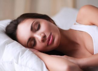 Schlank im Schlaf Diät - Frau schläft in Bett