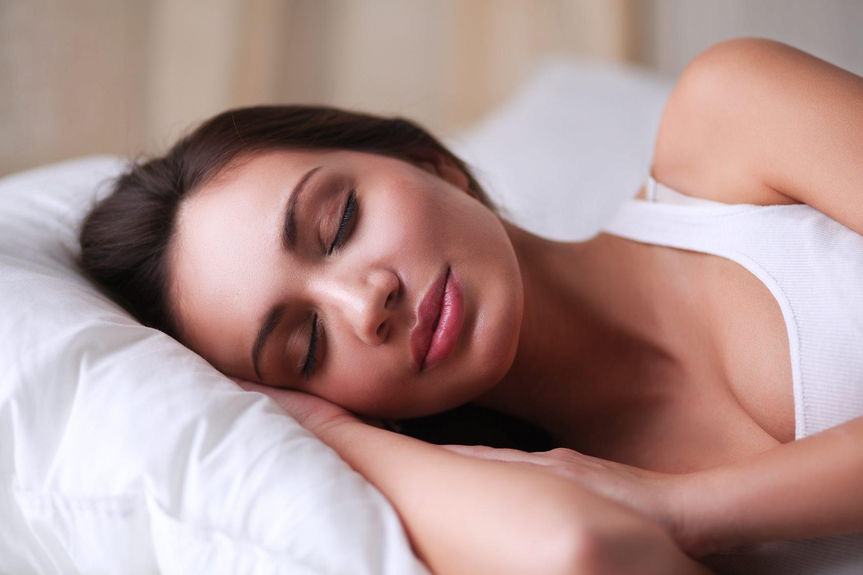 Lewd oma Margo T fickt atemberaubende lesbische Schönheit in Bett