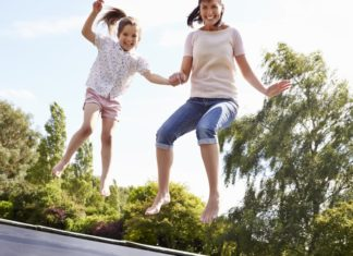 Trampolin springen Mutter mit Tochter